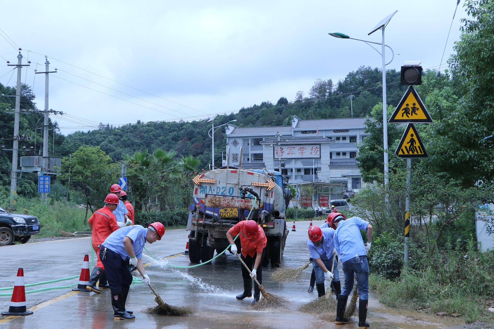 照片:洪水退了  身上厚重的泥土味获村民点赞_副本.jpg