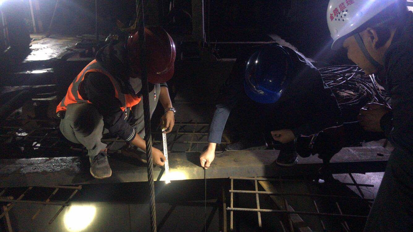 靖黎高速渠水大桥成功浇筑水中桩基.jpg
