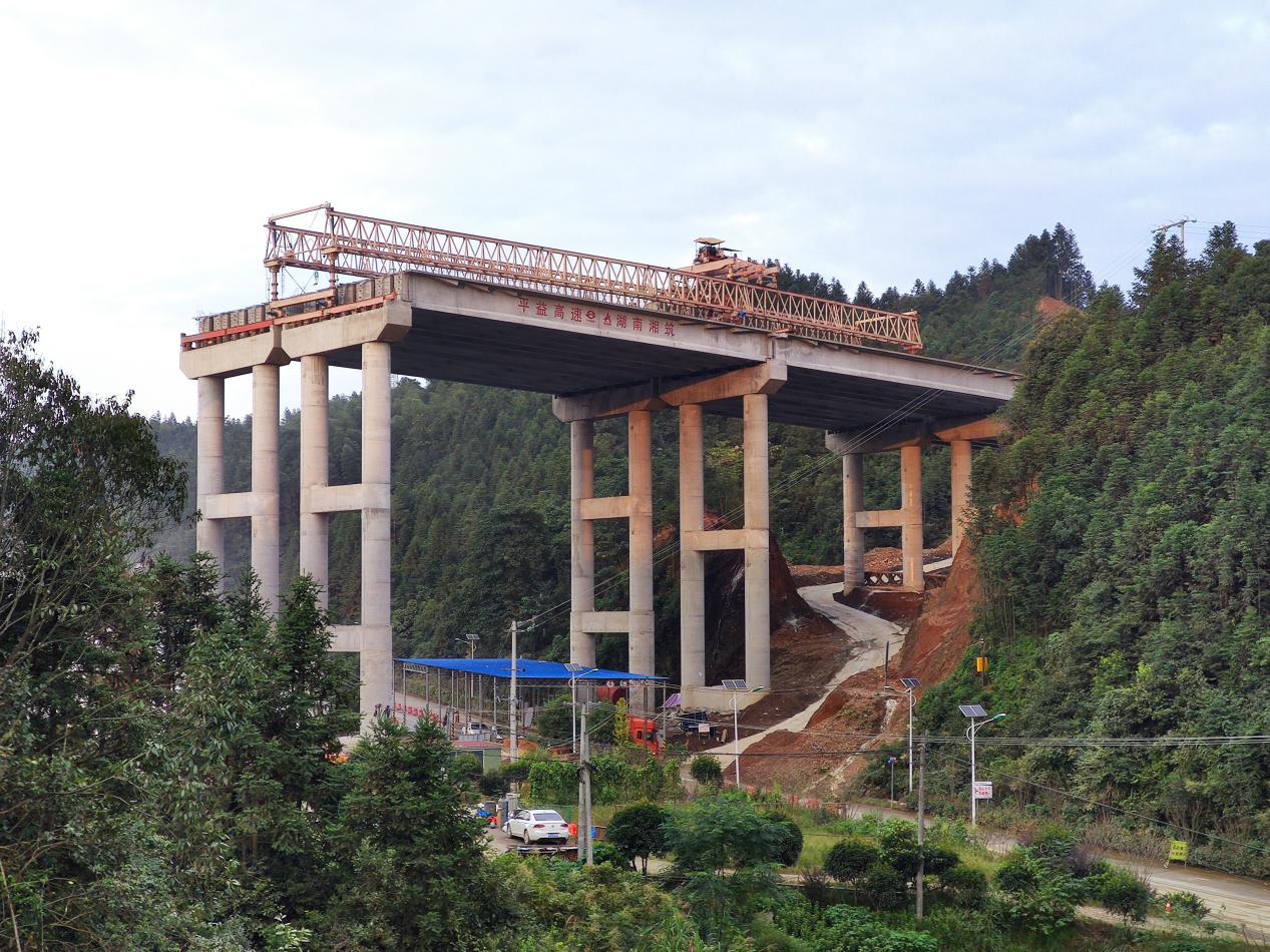 照片1:平伍7标:打造安全通道  顺利完成上跨省道架梁施工.png