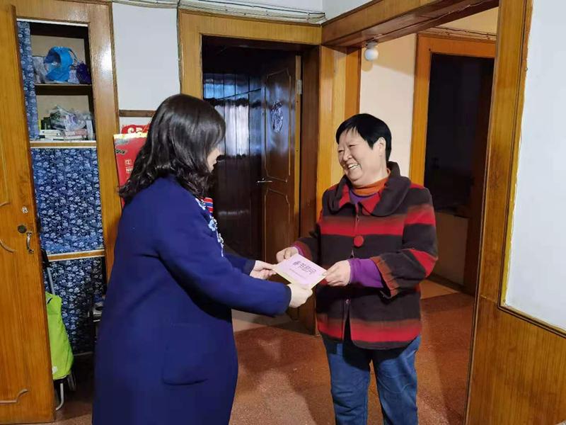 12、2月7日,李青慰问困难退休群众唐名华_副本.jpg