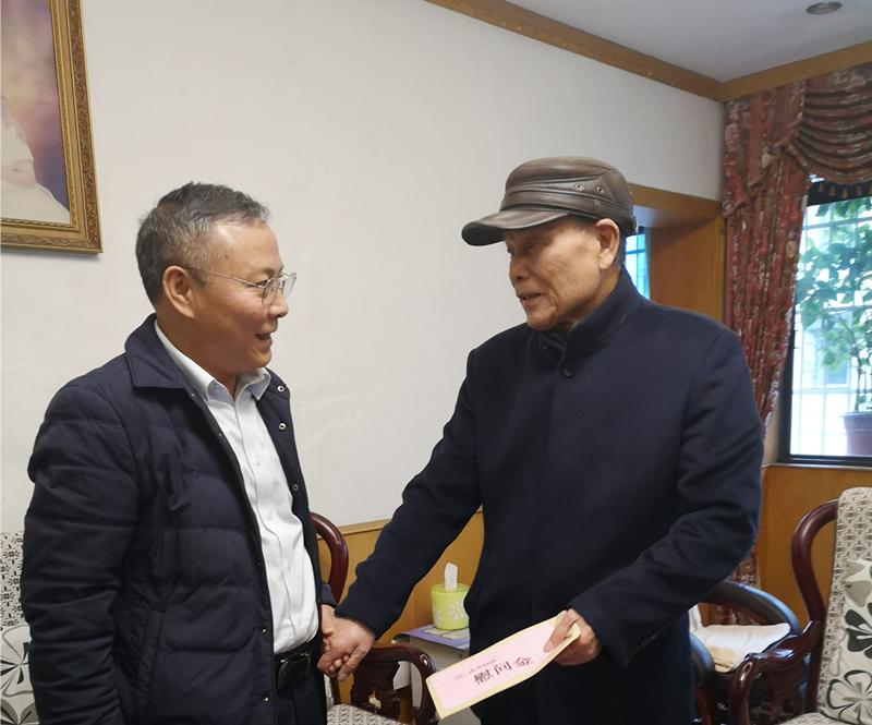 5、2月8日,陈国初慰问老党员陈国斌_副本_副本.jpg