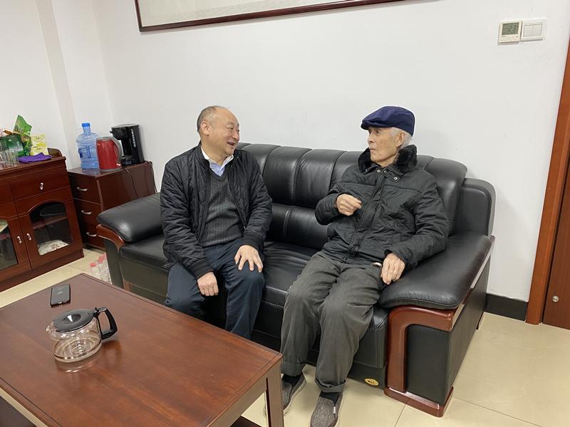14、2月8日,彭南越慰问离休干部雷岳_副本.jpg